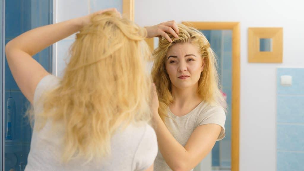 Les cheveux blonds nécessitent un shampoing particulier