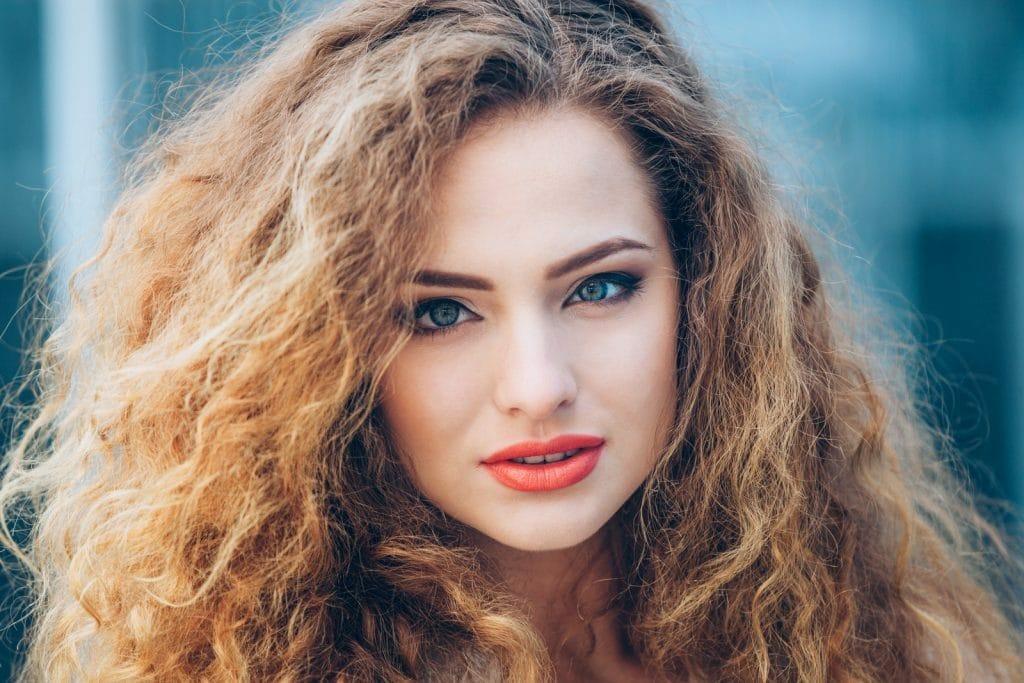 Cheveux secs ou frisés nécessistent beurre de karité ou huile de coco