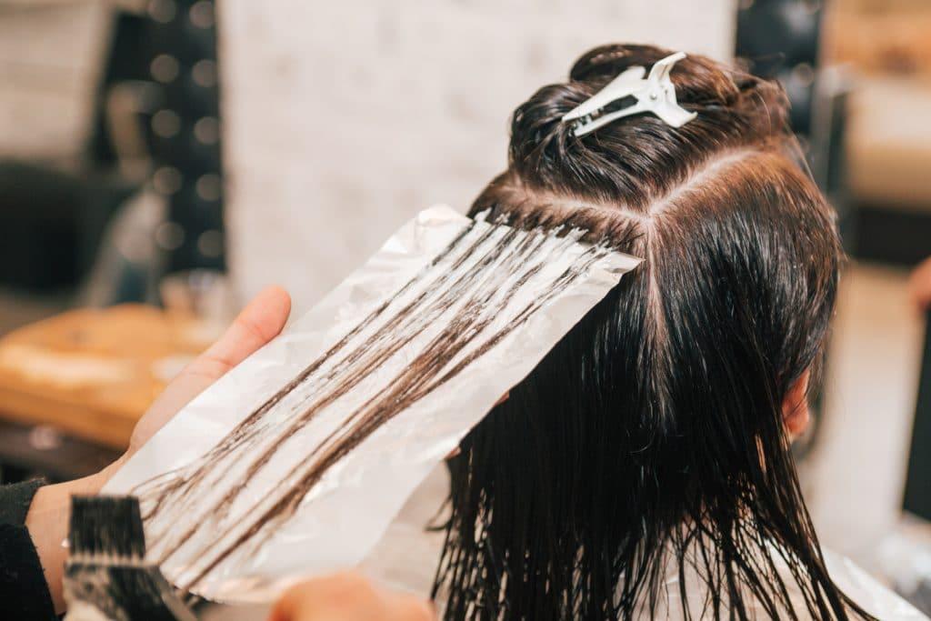 Comment appliquer une coloration sur les cheveux ?