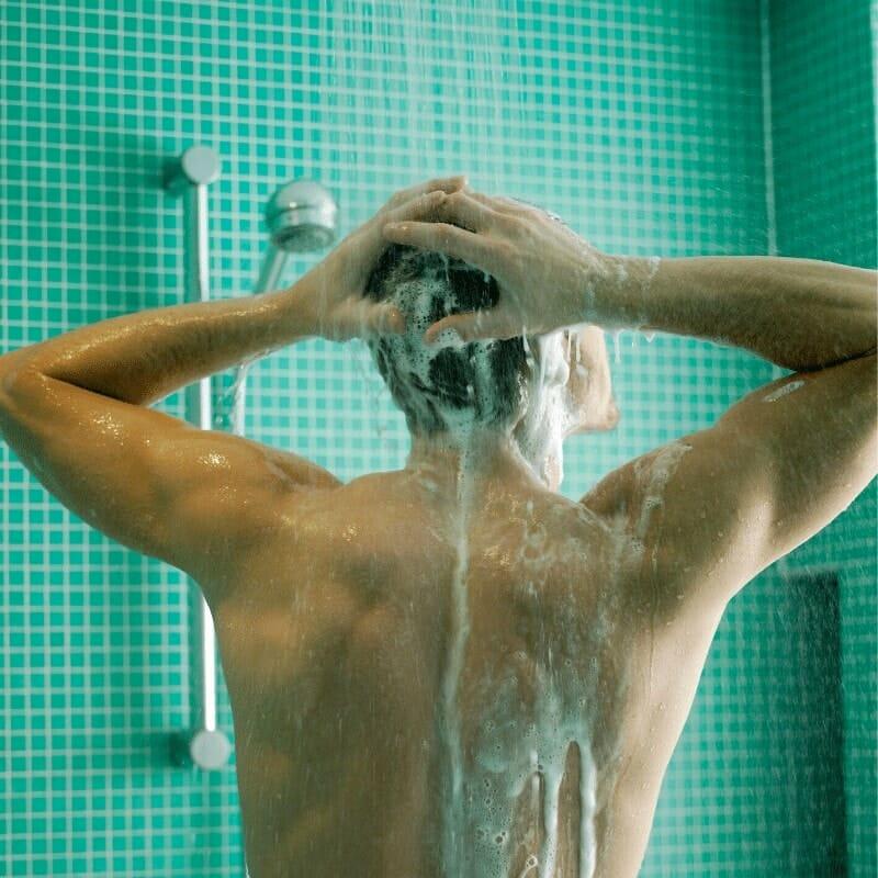 Homme utilisant le meilleur shampoing pous ses cheveux