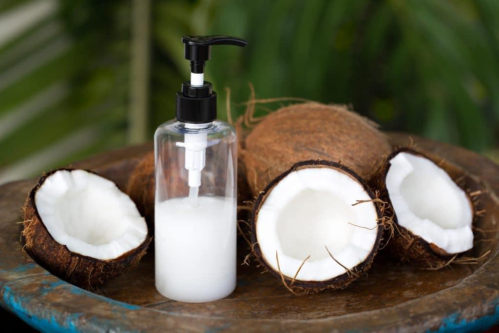 Shampoing qui associe huile de coco et kératine