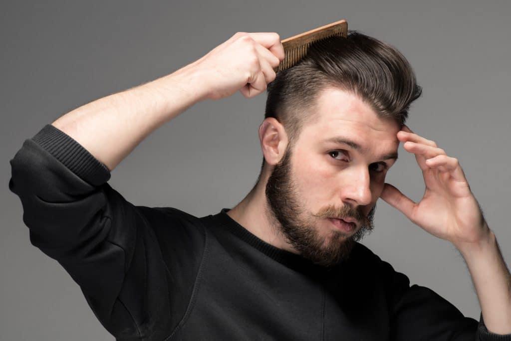 Coiffer les cheveux avec la cire pour cheveux homme