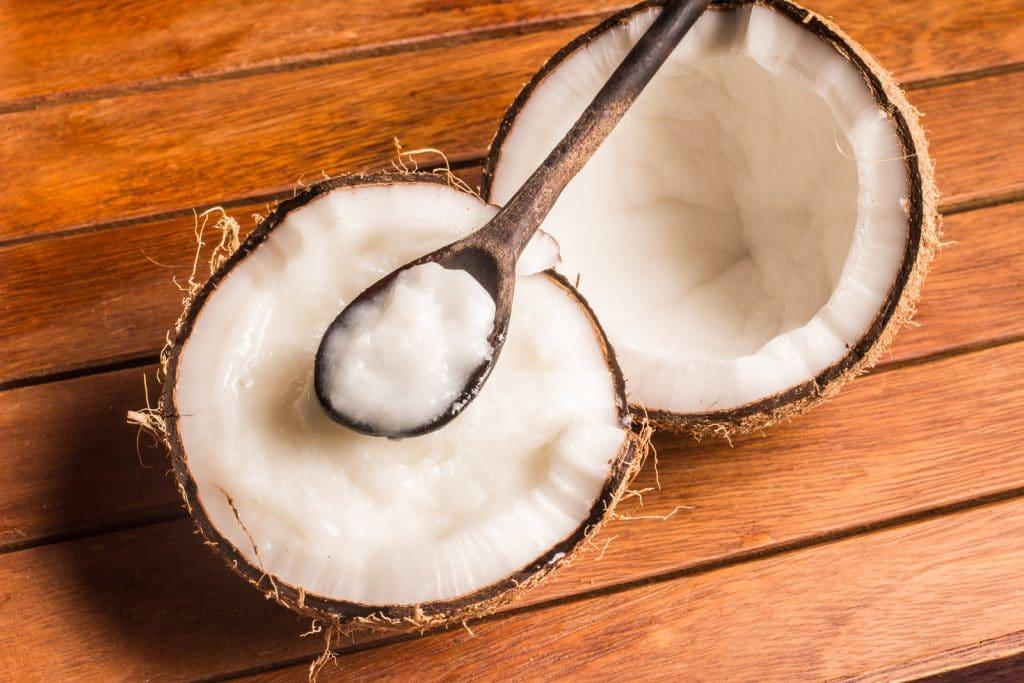 L'huile de coco pour cheveux est extraite de la pulpe du noix de coco