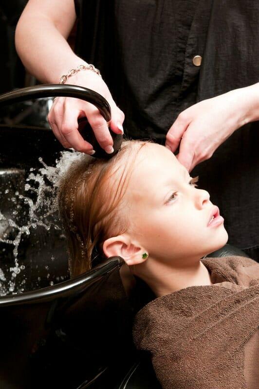 Bien rincer les cheveux après shampoing anti-poux