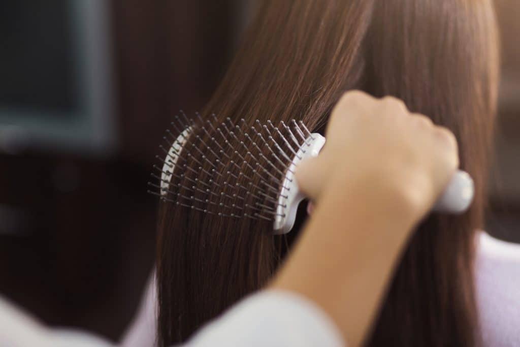 A quel moment et comment utiliser sa brosse à cheveux ?