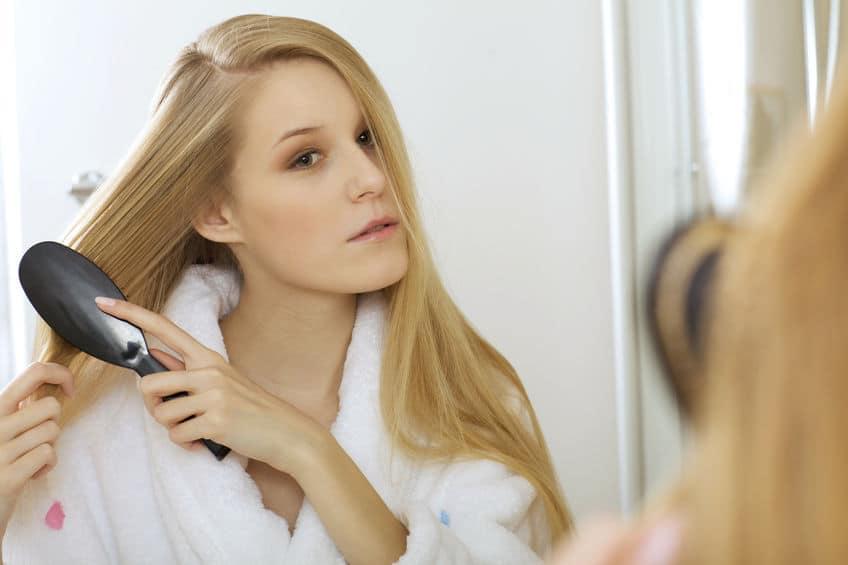 Les brosses lissantes sont une solution idéale pour les personnes qui souhaitent avoir une chevelure parfaitement lisse sans passer des heures à se débattre avec un fer à lisser, ou sans avoir à dépenser une fortune chez le coiffeur ! Efficaces, rapides et respectueuses de la nature de votre cheveu, les brosses lissantes intègrent souvent les toutes dernières technologies pour prendre soin de vos cheveux et vous garantir le résultat escompté en toute sécurité. Dans cet article, nous vous présentons une sélection des meilleures brosses lissantes, testées pour vous par nos soins, afin de vous aider dans votre choix d'une brosse lissante adaptée à votre type de cheveux. Nous avons testé pour vous les meilleures brosses lissantes