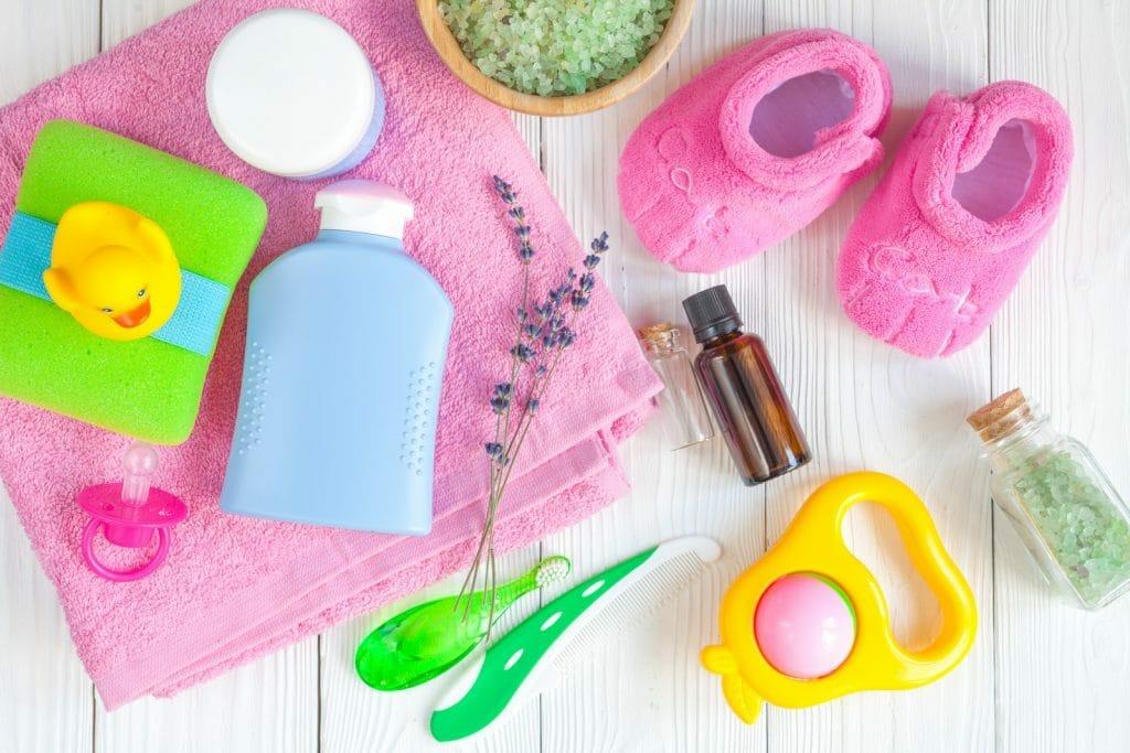 Le shampoing fait partie des soins de bain pour bébé