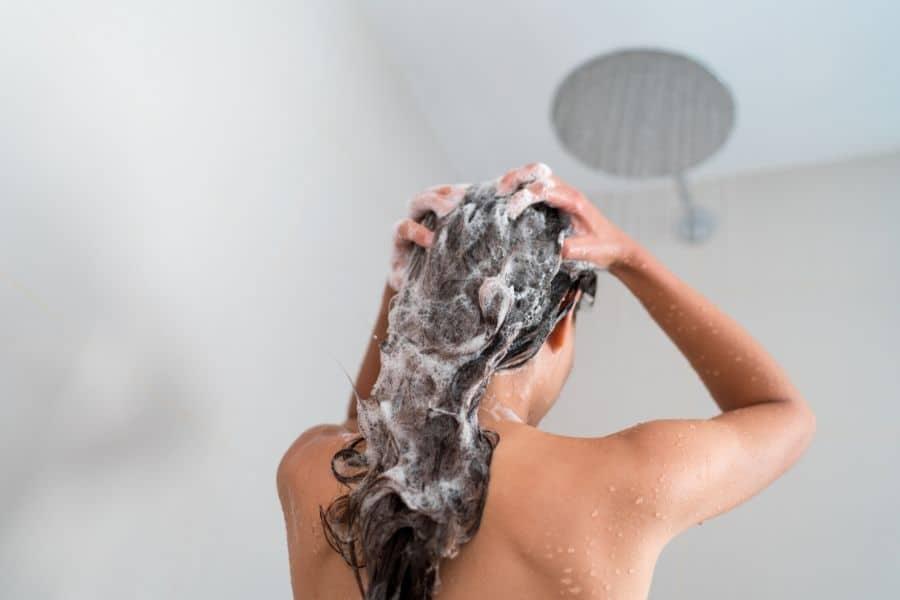 Laver les cheveux avec un shampoing anti-chute