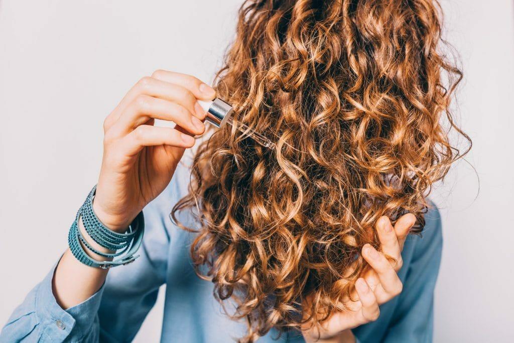 Soin des cheveux avec l'huile de macadamia