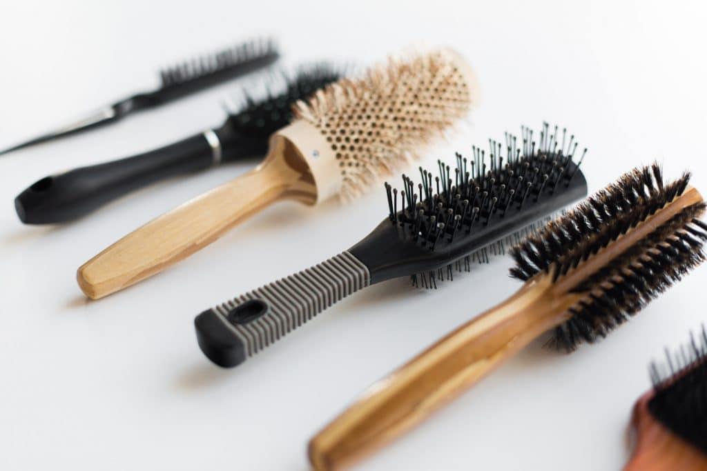 Toucher à la main pour différencier une brosse à cheveux en poils de sanglier