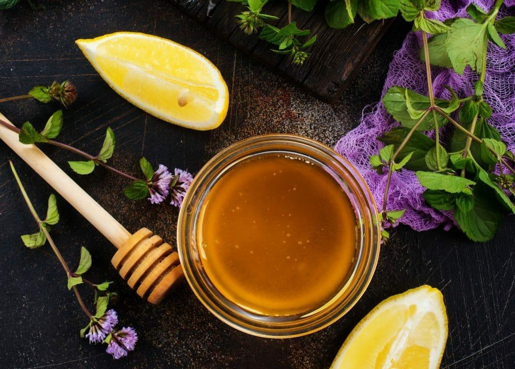 Eclaircir ses cheveux avec du citron et accentuer le reflet avec du miel