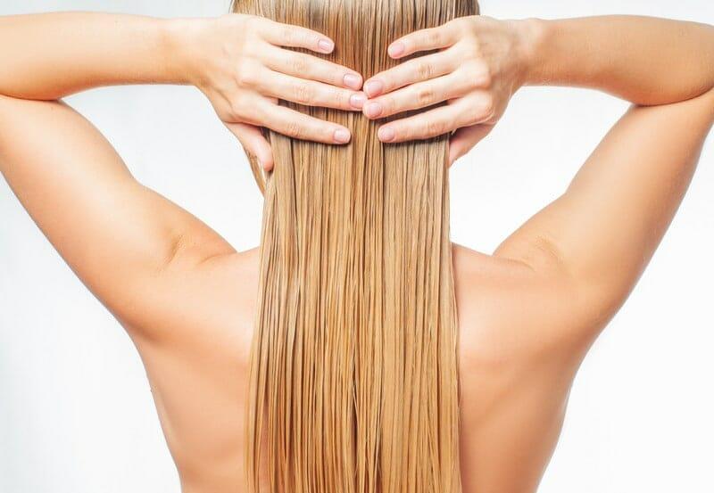 utiliser l'eau de riz sur les cheveux